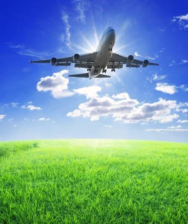 Vuelo de avión sobre hierba