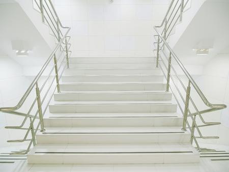 bajando escaleras: Escalera en el edificio moderno Foto de archivo
