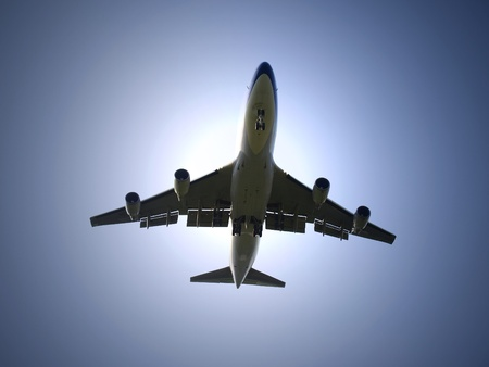 boeing 747: Volo aereo sotto la luce solare Archivio Fotografico