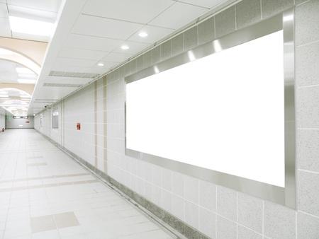 corridoi: Cartellone bianco nel passaggio sotterraneo