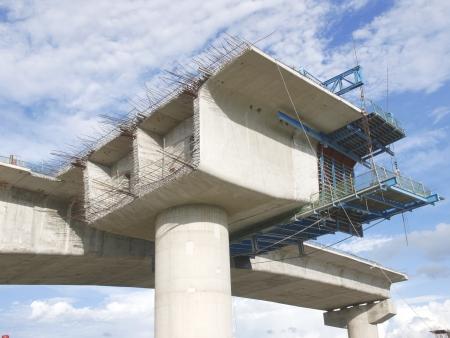 하부 구조: 건설중인 다리 스톡 사진