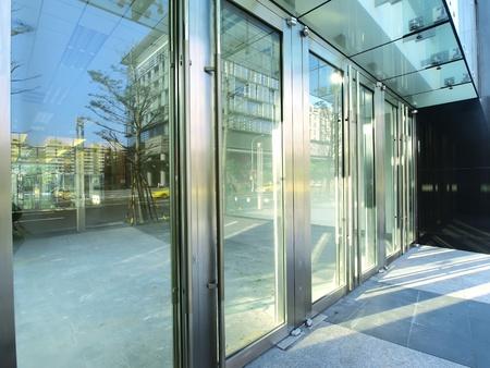 통로: 현대적인 건물의 투명 문 스톡 사진