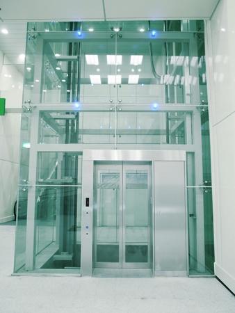 통로: 지하 통로에있는 투명 엘리베이터 스톡 사진