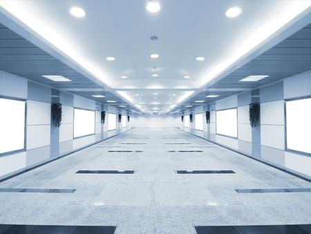 지하에: 지하 통로에있는 긴 복도