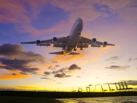 Vliegtuig vliegt over zeekust