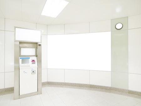 automatic transaction machine: De pared en blanco y cajeros automáticos