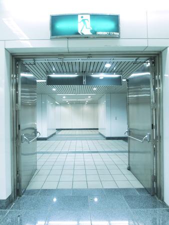 salida de emergencia: Las salidas de emergencia en el paso subterr�neo