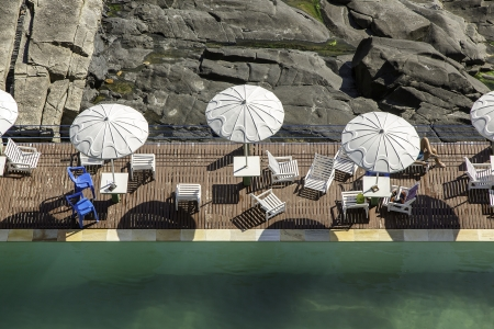joa: Swimming pool by the rocks in Rio De Janeiro