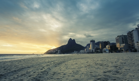 Sunset on Ipanema Beach in Rio de Janeiro, Brazil 스톡 콘텐츠