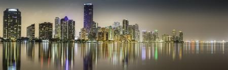 Miami centro panorama de la noche iluminada por negocios y el lujo edificios residenciales en Florida photo