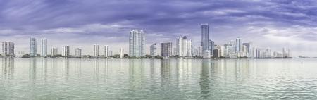Miami skyline panorama de la Bah�a de Biscayne photo