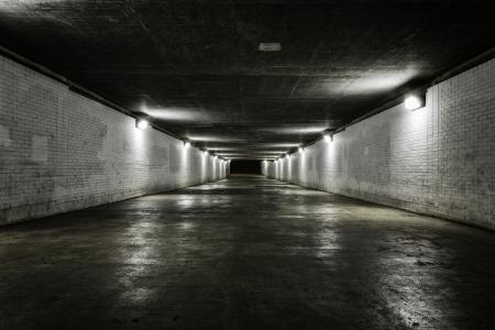 tunel: T�nel vac�a en la noche Foto de archivo