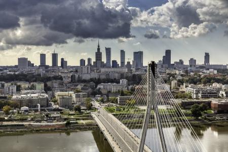 ポーランド、ブリッジの背後のワルシャワのスカイライン