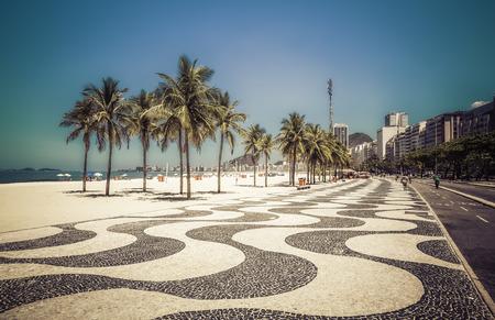 리우데 자네이루, 브라질의 코파카바나 해변의 야자수 에디토리얼