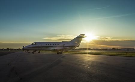 Avión de negocios en el aeropuerto durante el atardecer Foto de archivo - 29382761