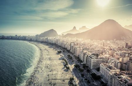 ブラジル、リオ ・ デ ・ ジャネイロの有名なコパカバーナビーチの航空写真