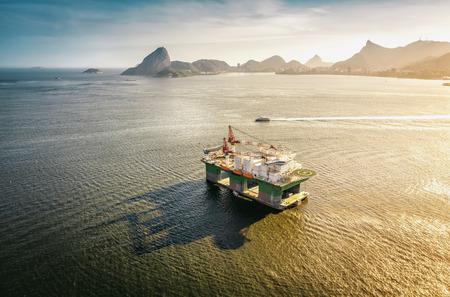 Olie booreiland tegen panorama van Rio De Janeiro, Brazilië