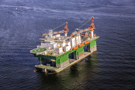 ships at sea: Oil drilling rig on the ocean