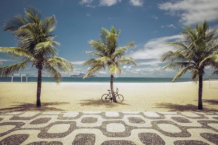 Palmen op het strand van Ipanema in Rio de Janeiro, Brazilië