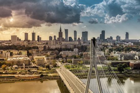 Warschau skyline achter de brug met licht lekken, Polen Stockfoto