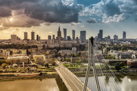 Warszawa skyline za mostem z lekkiego wycieku, Polska