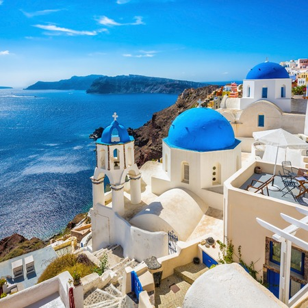 Santorini blue dome churches, Greece 스톡 콘텐츠