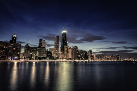 Chicago Downtown skyscrapers with reflections in Lake Michigan at night Stockfoto