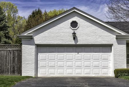Traditional two car white brick garage Stockfoto