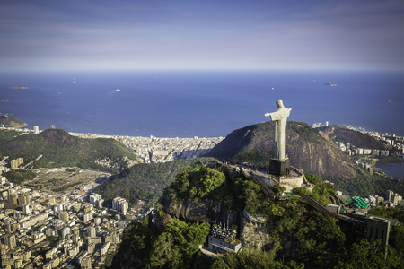 リオ ・ デ ・ ジャネイロ, ブラジル: キリストとコパカバーナビーチ高角度からの空撮