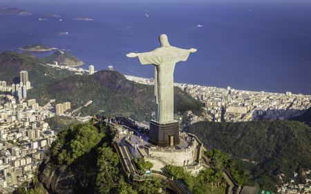 Rio de Janeiro, Brazílie: Letecký pohled na Krista a pláže Copacabana z vysokého úhlu