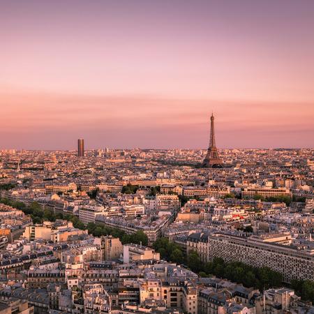 colores calidos: Puesta del sol sobre París con la Torre Eiffel, Francia - colores cálidos