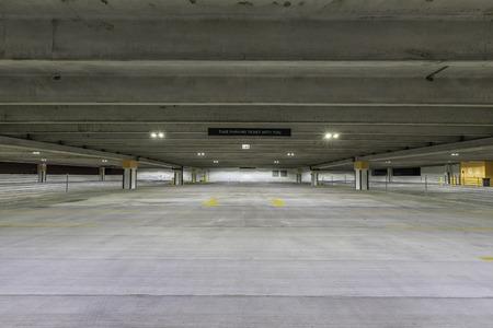 cemento: Estacionamiento vacío con signo
