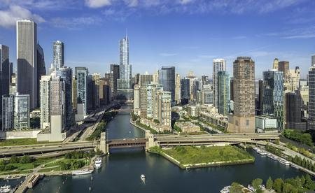 Ciudad de vista aérea del horizonte de Chicago con el río de Chicago Foto de archivo - 50352671
