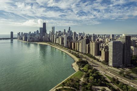 cenital: vista aérea del horizonte de Chicago con la carretera de la playa