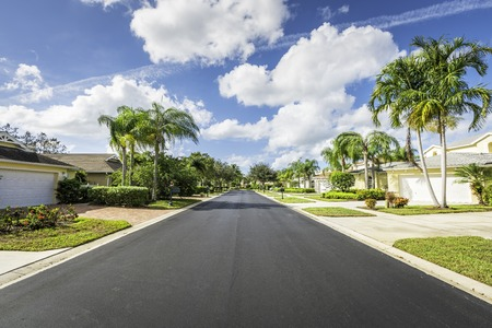 Gated community huizen door de weg in Zuid-Florida Stockfoto