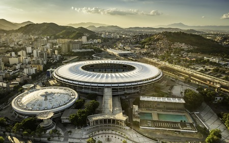 Río de Janeiro, Brasil: Vista aérea del estadio de Maracaná desde el ángulo alto con el panorama de la ciudad Foto de archivo - 53206650