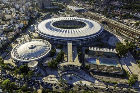 deportes olimpicos: RIO DE JANEIRO, BRASIL - FEBRERO 2015: Foto a�rea del estadio de Maracan� con el panorama de R�o de Janeiro. La apertura y cierre de los Juegos Ol�mpicos de 2016 se llevar� a cabo en el estadio de Maracan�.