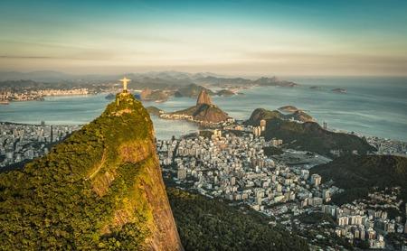 Vue aérienne du Christ et Botafogo Bay de grand angle.