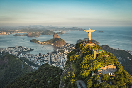 Luchtfoto van Christus en Botafogo Bay vanuit hoge invalshoek. Redactioneel