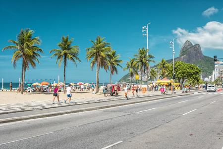 La gente disfrutando del sol en icónica playa de Ipanema en Río de Janeiro. Foto de archivo - 56985050