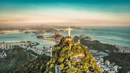 aerial: Vista aérea de la Bahía de Botafogo desde el ángulo alto, Río de Janeiro