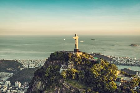 Vue aérienne du Christ La statue du Rédempteur avec des personnes visitant la colline du Corcovado. Panorama à grand angle.