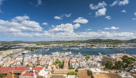 Vista de ángulo alto del puerto de Eivissa y edificios del casco antiguo, Ibiza, España Foto de archivo - 87961511