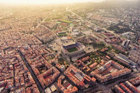 Vista aérea del estadio de la ciudad de Barcelona al atardecer, España Foto de archivo