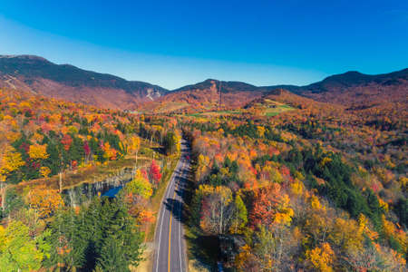 Road leading to ski resort in Stowe, Vermont. Aerial view with fall scenery Foto de archivo
