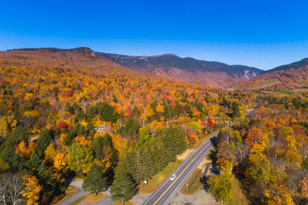 Road leading to ski resort in Stowe, Vermont. Aerial view with fall scenery 版權商用圖片
