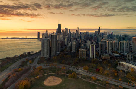 Aerial view of Chicago skyline at twilight. Park in front of skyscrapers Foto de archivo