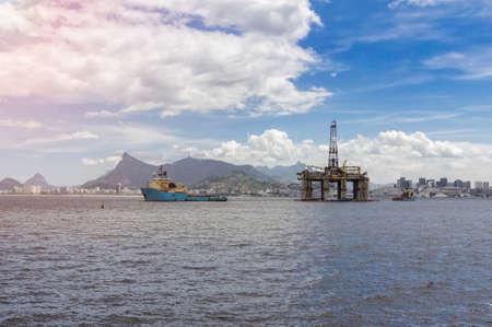 Oil drilling rig on the shore of Rio de Janeiro, Brazil 版權商用圖片