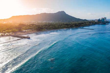 Diamond Head Mountain and Waikiki Queens Beach during sunrise. Palms on the beach with light effect. Oahu Island, Hawaii 版權商用圖片