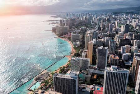 Aerial view of Honolulu Waikiki Beach with tall building by the coast. Oahu Island, Hawaii 版權商用圖片